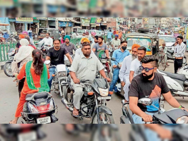 लापरवाही पड़ सकती है भारी, कोरोना कम होते ही लोग बाजार में बिना मास्क के निकलने लगे हैं। - Dainik Bhaskar
