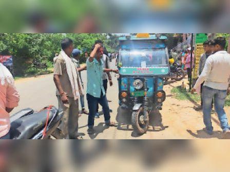 घायल ई-रिक्शा चालक। - Dainik Bhaskar
