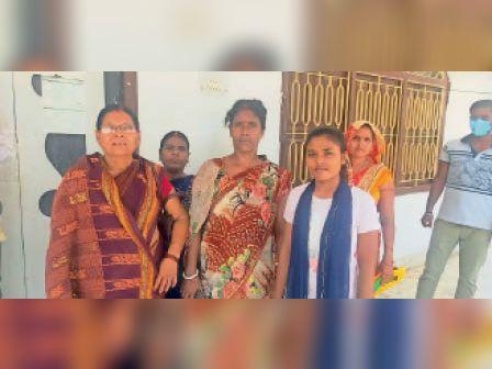 टीका हेतु केंद्र पर खड़े लोग। - Dainik Bhaskar