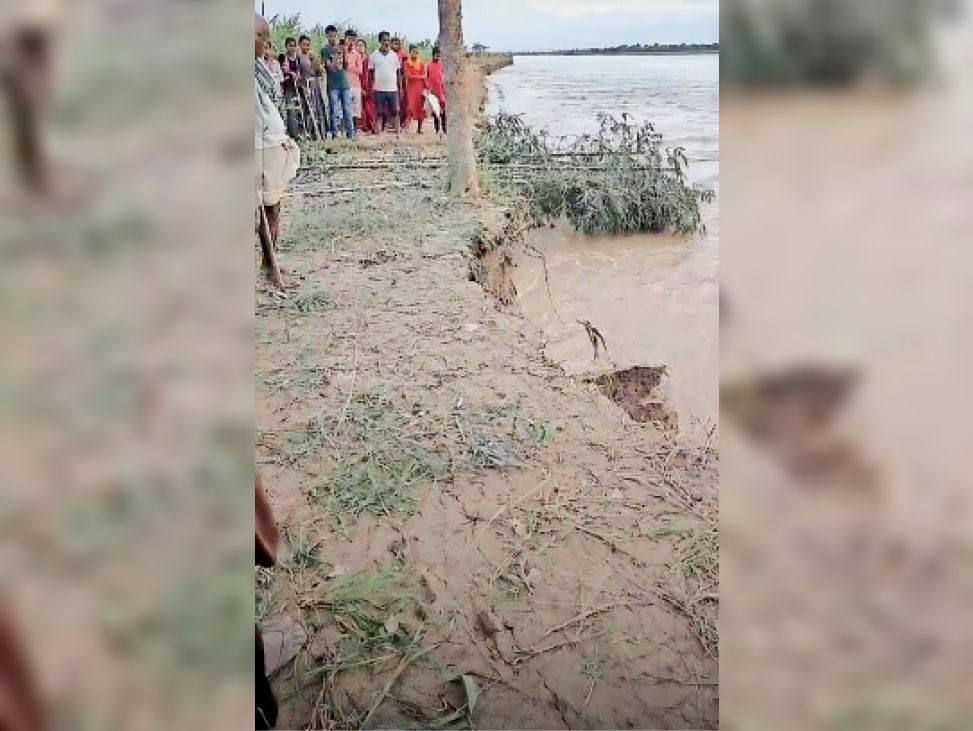 नदी का कटाव देखते ग्रामीण। - Dainik Bhaskar