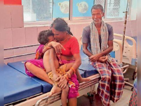 सीएसची में बच्चे काे गले लगाकर विलाप करते परिजन। - Dainik Bhaskar