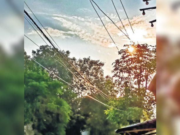 दिन में तेज धूप के कारण परेशान रहे लोग। - Dainik Bhaskar