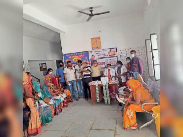 परिवार नियाेजन मेला में शामिल चिकित्सक व Deशा कार्यकर्ता। - Dainik Bhaskar