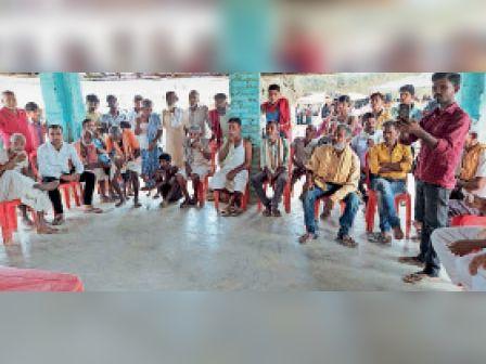 सुरसंड के राधाउर गांव में विधायक को समस्या सुनाने को जुटे ग्रामीण - Dainik Bhaskar