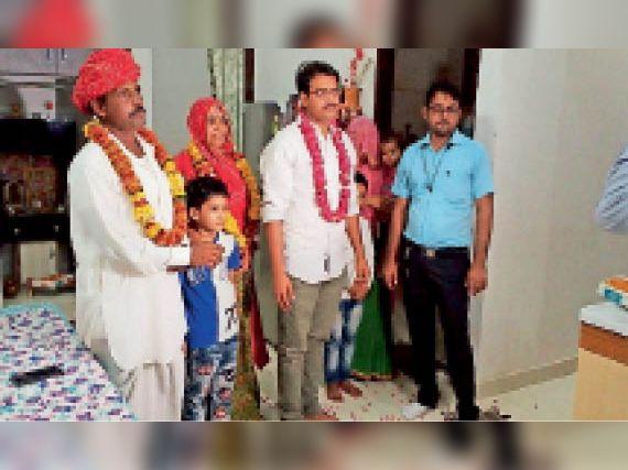 पचेवर । माता पिता और अन्य परिजनों के साथ दूसरी रेंक प्राप्त मनमोहन शर्मा। - Dainik Bhaskar