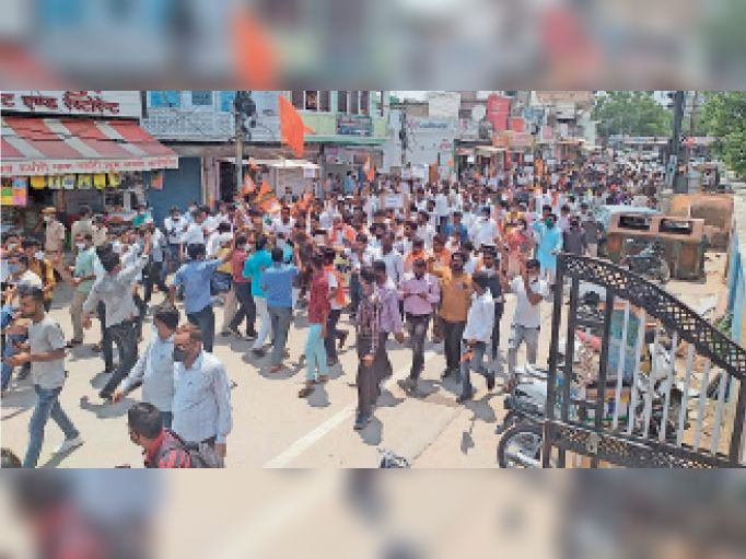 टोंक   झालरापाटन में कृष्णा वाल्मीकि की हत्या के विरोध में पैदल मार्च निकाल के भाजयुमो कार्यकर्ता। - Dainik Bhaskar