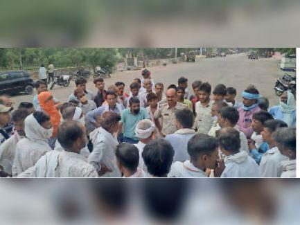 निवाई। कृषि मंडी में बाजार भाव से सरसों के भाव कम लगने से अाक्रोशित किसानों को समझाते पुलिसकर्मी। - Dainik Bhaskar