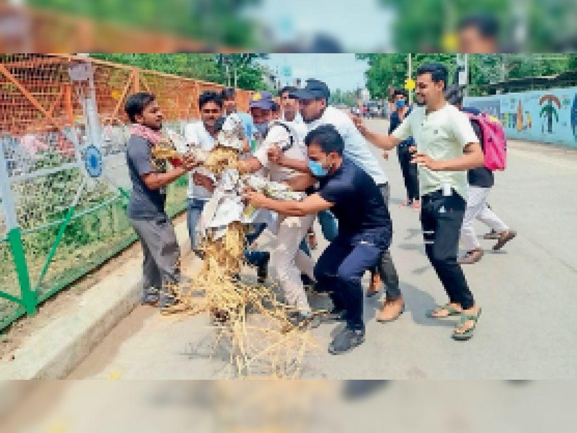 पुलिस ने गृहमंत्री का पुतला जलाने से पहले ही युवक कांग्रेसियों से छीना। - Dainik Bhaskar