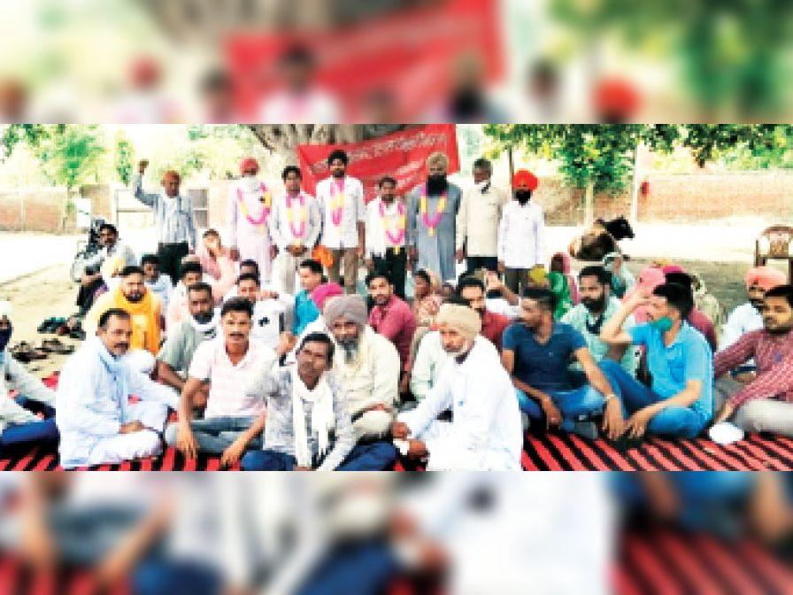 भूख हड़ताल पर बैठे चतुर्थ श्रेणी कर्मचारी। - Dainik Bhaskar