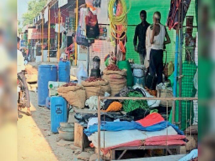 करहाल कस्बे में दुकानदारों ने सड़क पर सामान जमा कर लिया अतिक्रमण। - Dainik Bhaskar