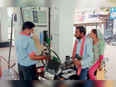 शहर में बुधवार काे पेट्राेल 110.44 रुपए प्रति लीटर बिका। - Dainik Bhaskar