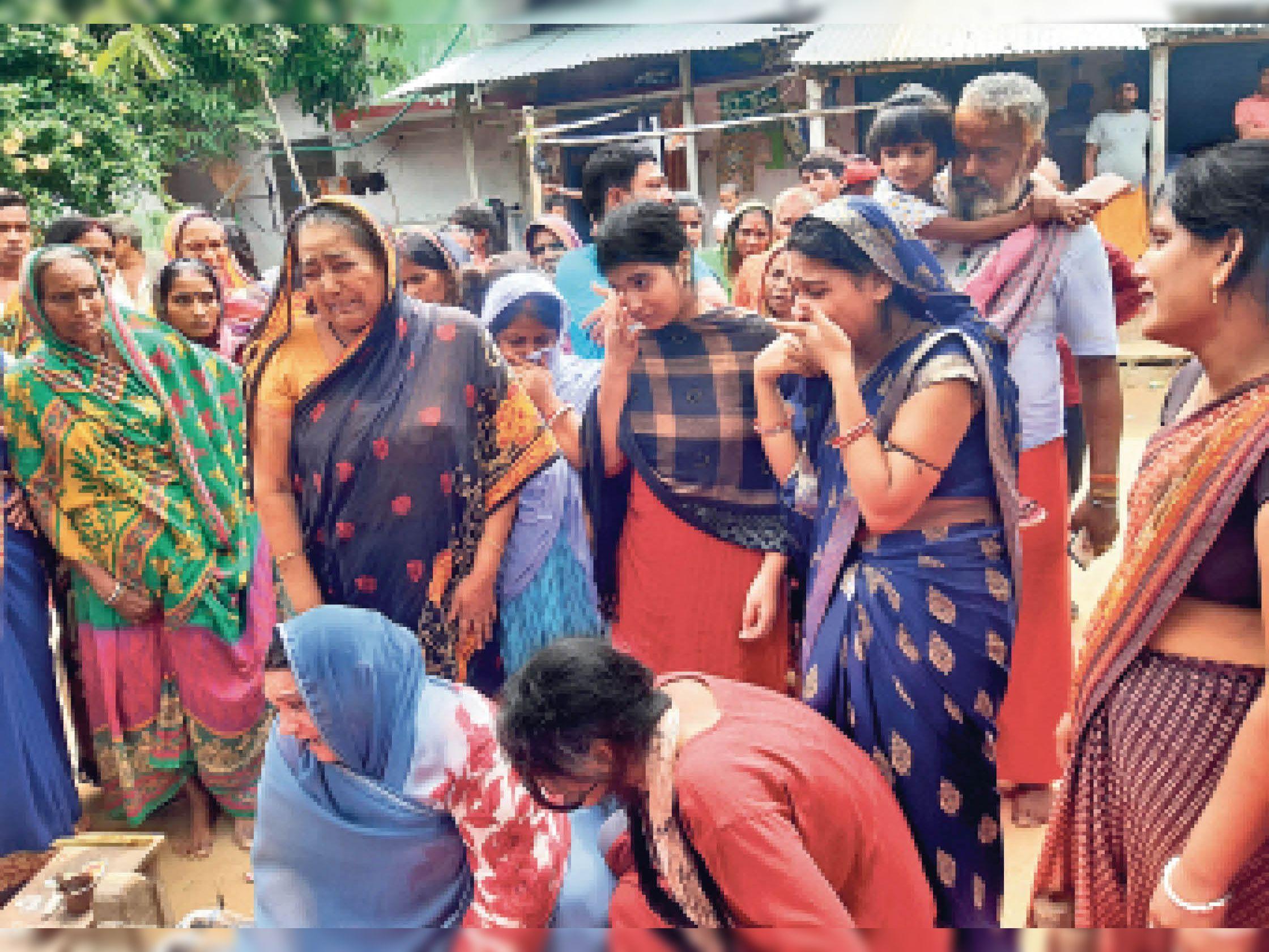 बुधवार को गांव में दोनों युवक का शव पहुंचने के बाद रोते-बिलखते शिवम के परिजन। - Dainik Bhaskar