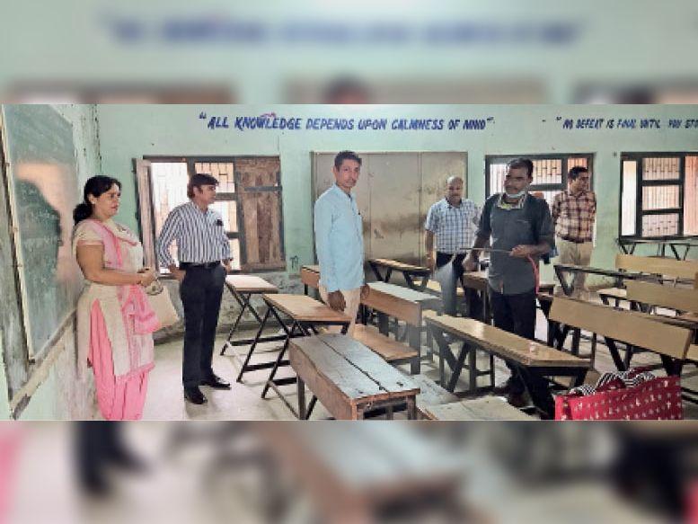 सिरसा। राजकीय मॉडल संस्कृति सीनियर सेकेंडरी स्कूल में कक्षाओं को सैनिटाइज करते कर्मचारी। - Dainik Bhaskar