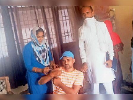 अलेवा. सीएचसी में युवक को टीका लगाती स्वास्थ्यकर्मी। - Dainik Bhaskar