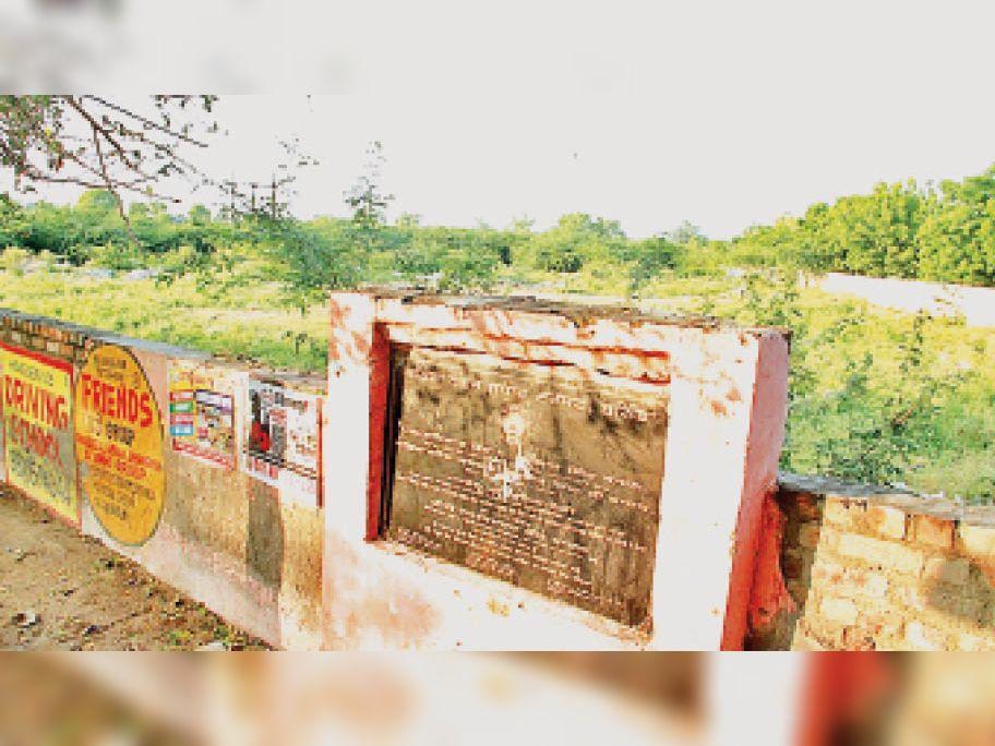 नए बस अड्डे का 2016 में रखा नीव पत्थर। (इनसेट) पुराने बस अड्डे की रेनोवेशन का नीव पत्थर रखते एफएम मनप्रीत बादल। - Dainik Bhaskar