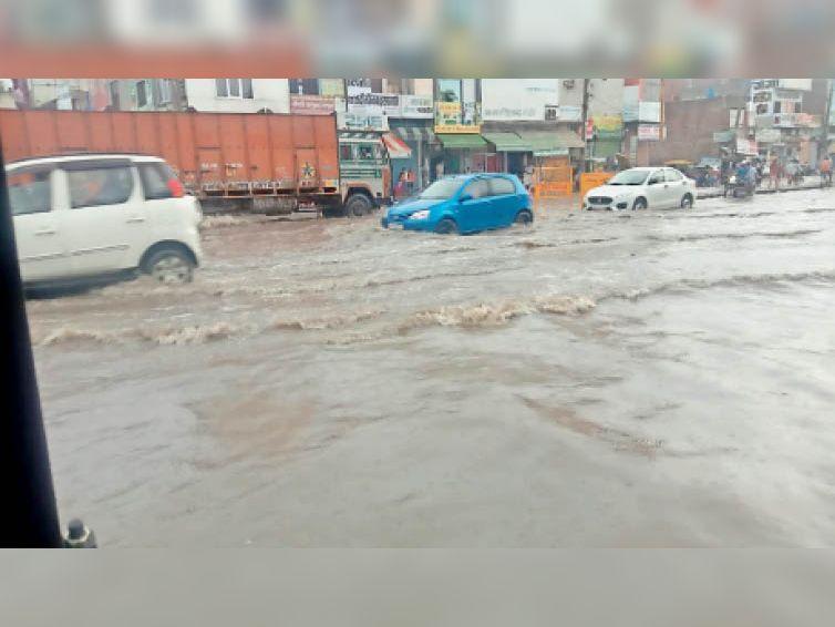 जींद. पटियाला चौक पर बरसात के बाद बाढ़ जैसे बने हालात। बरसाती पानी के चलते कई वाहन बीच में भी बंद हो गए और लोगों को परेशानी का सामना करना पड़ा। - Dainik Bhaskar