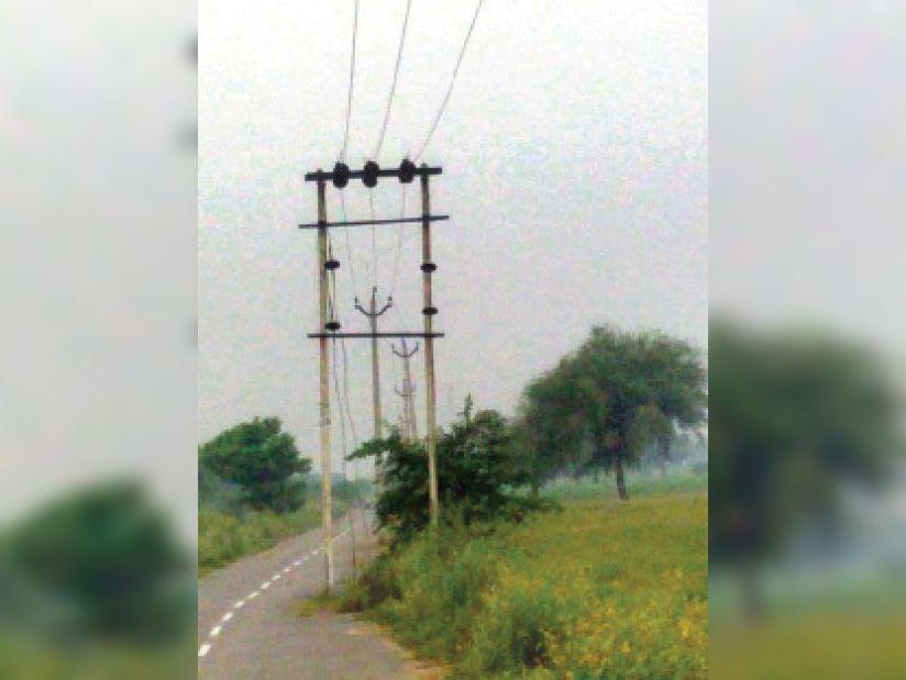 झांसवा से झाड़ली गांव की ओर सड़क के बीच खड़े पोल। - Dainik Bhaskar