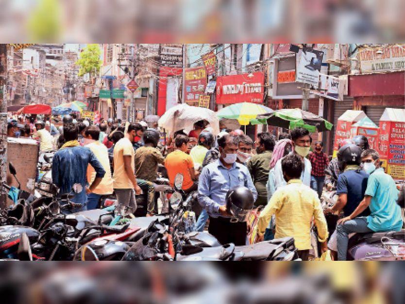 खलीफाबाग में पार्किंग की जगह नहीं रहने से लाेग सड़क किनारे बाइक लगाते हैं। इससे बाजार में जाम लगता है। बुधवार काे भी यही स्थिति रही। - Dainik Bhaskar
