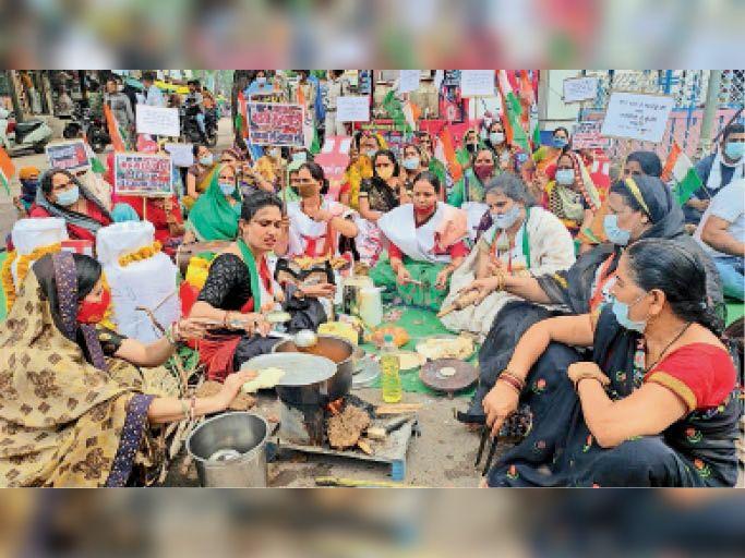 धार. महंगाई के विराेध में महिला कांग्रेस ने चाैराहे पर चाैका चूल्हा लगाकर किया प्रदर्शन। - Dainik Bhaskar