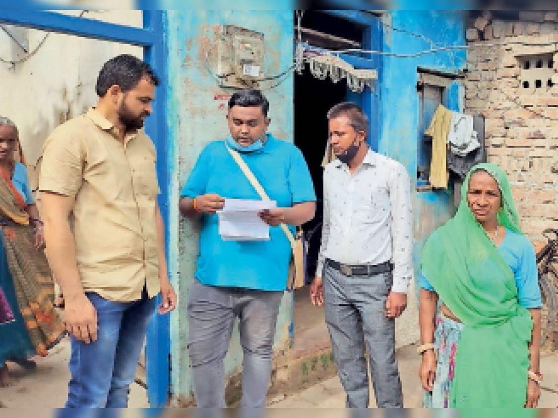 शिकायत के बाद एई वार्ड 21 में पहुंचकर उपभाेक्ताओं की समस्या सुनते हुए। - Dainik Bhaskar