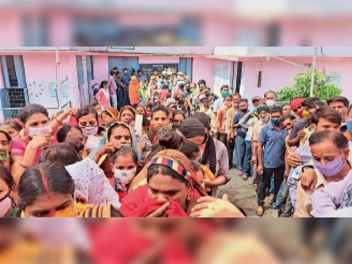 बीना   पुत्री शाला वैक्सीनेशन केंद्र पर टीका लगवाने लोगों की भीड़, कई लोग इस दौरान बगैर मास्क के भी। - Dainik Bhaskar
