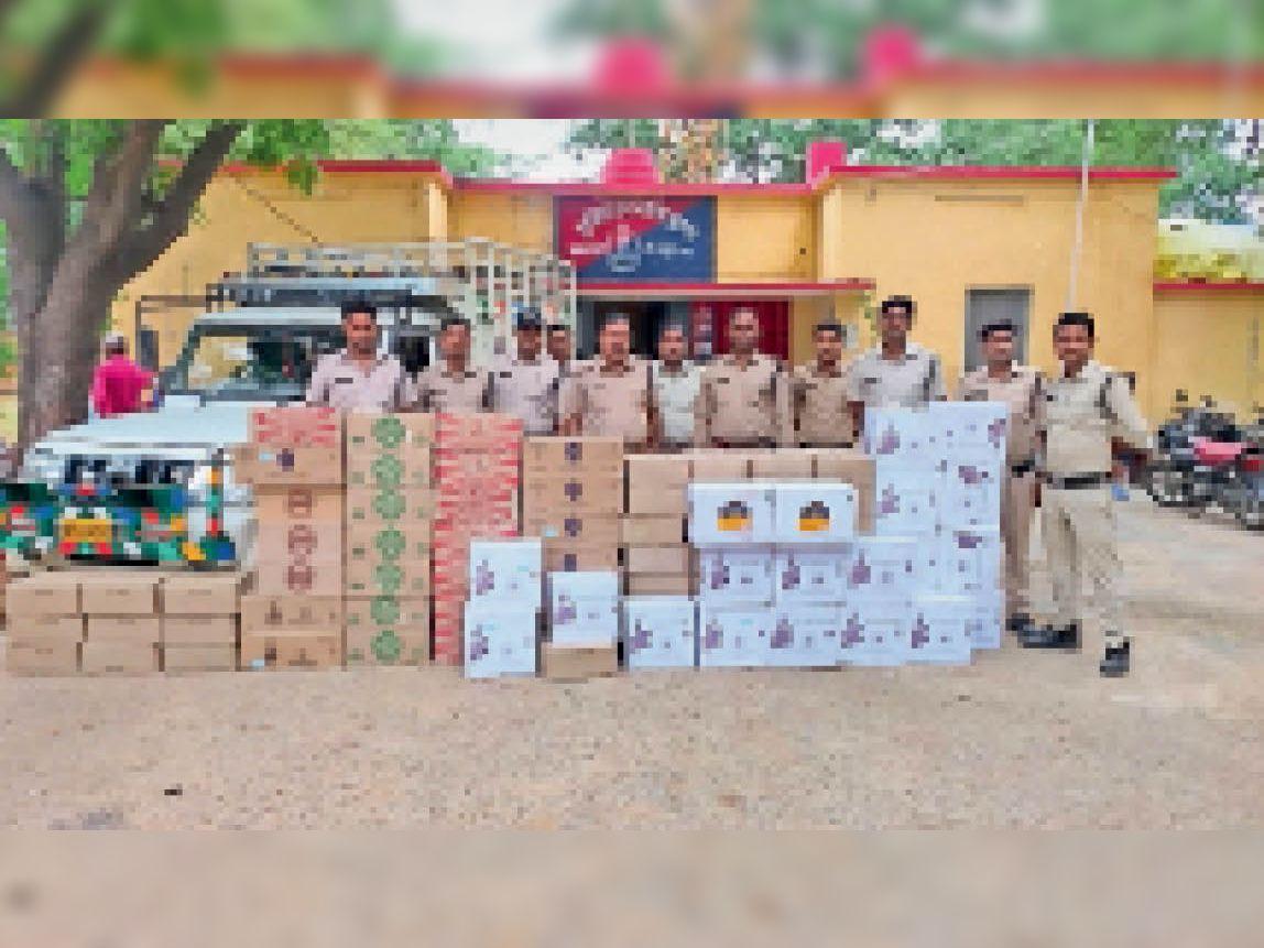 घुवारा। पुलिस ने बोलेरो पिकअप में पकड़ी अवैध शराब, जब्त की। - Dainik Bhaskar