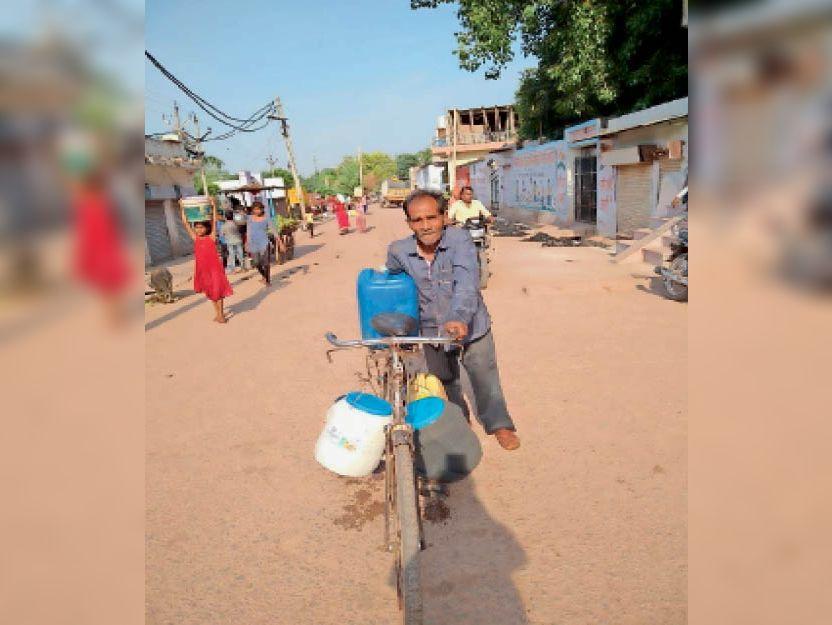 सबलगढ़ में इस तरह पानी ढोने को मजबूर हैं लाेग। - Dainik Bhaskar