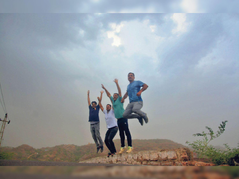 घनघोर बादल देखकर कई युवा बारिश का मजा लेने कायलाना पहाड़ियों पर पहुंच गए। हालांकि मामूली बारिश से उम्मीदों पर पानी फिर गया। - Dainik Bhaskar