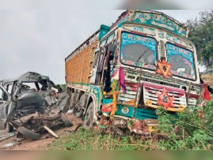 आम्बुआ. भिंड़त इतनी जोरदार थी कि दोनों वाहन क्षतिग्रस्त हो गए। - Dainik Bhaskar