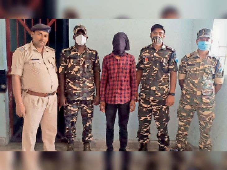 गिरफ्तार नक्सली के साथ एसएसबी व पुलिस अधिकारी। - Dainik Bhaskar