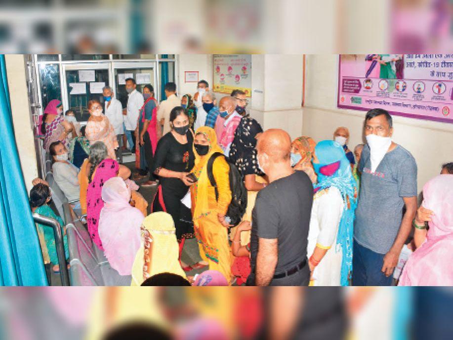 राेहतक.सिविल अस्पताल में काेराेना वैक्सीन लगवाने के लिए लगी हुई बुजुर्गाें की भीड़। अपनी बारी का इंतजार करते हुए। - Dainik Bhaskar