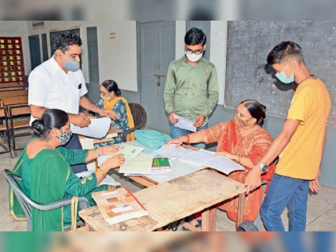 गांधी नगर स्थित राजकीय सीनियर सेकंडरी स्कूल में दाखिला लेते हुए विद्यार्थी। - Dainik Bhaskar