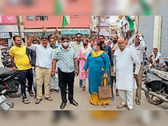 धरने के लिए रैली के रूप में जाते हुए कांग्रेसी। - Dainik Bhaskar