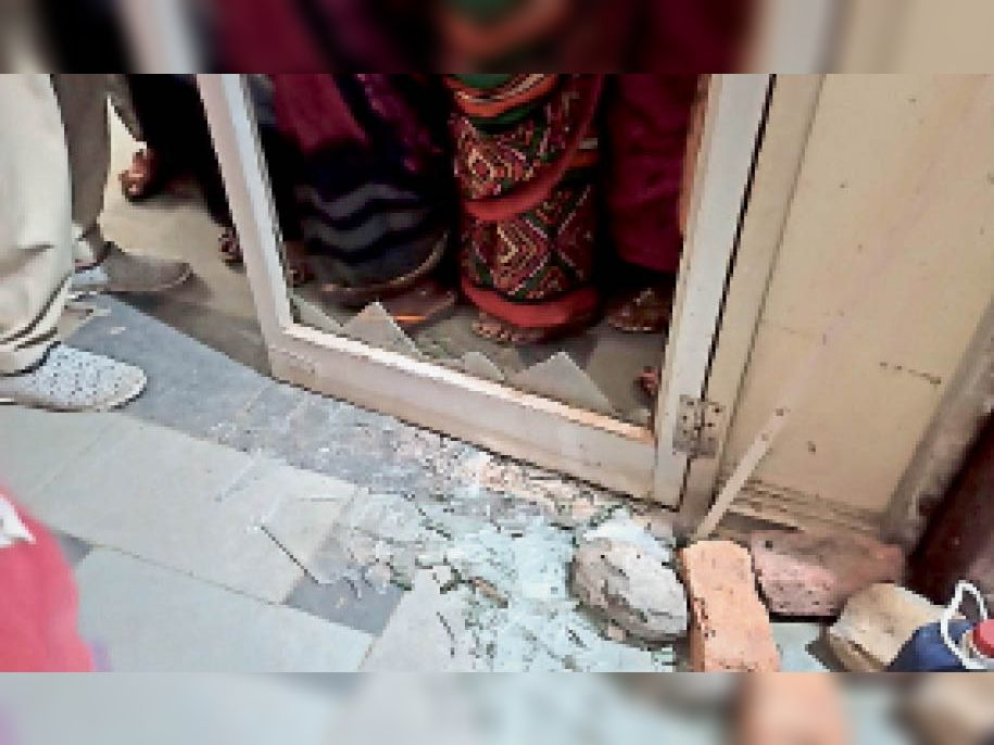 देवास. गीता भवन में धक्का-मुक्की करने से टूटा कांच। - Dainik Bhaskar