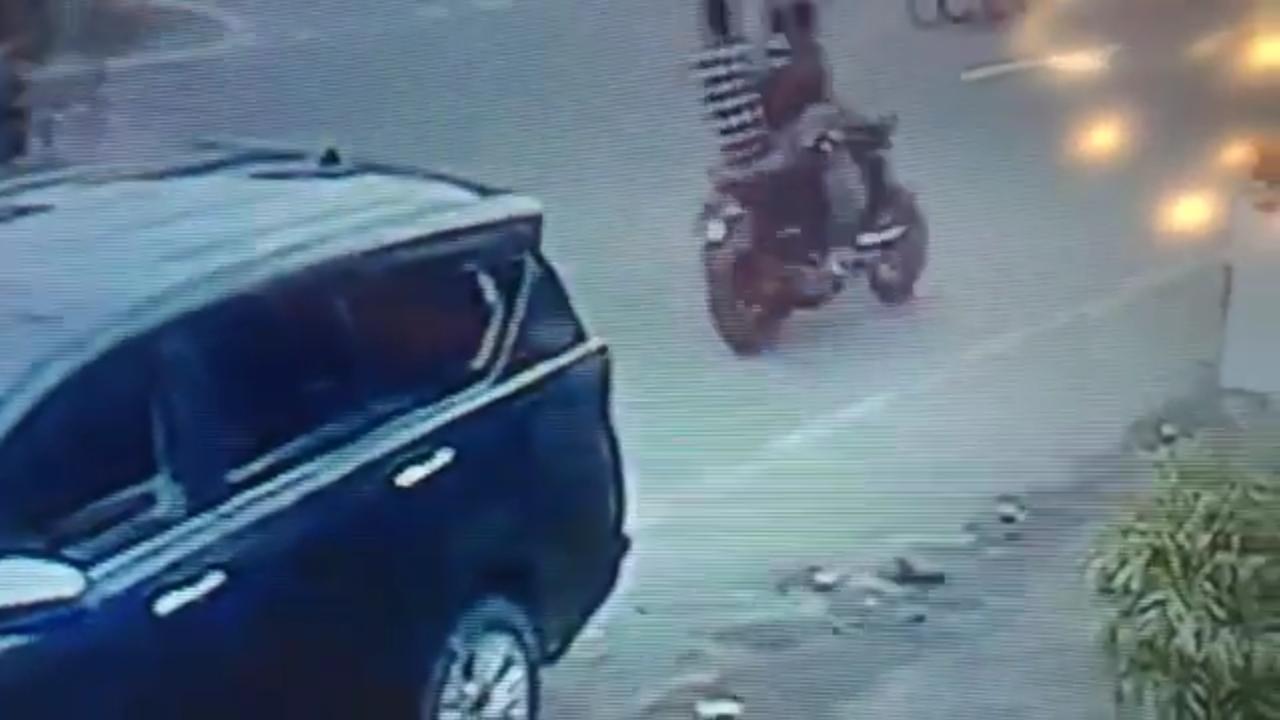 वारदात को अंजाम देने के बाद बाइक पर भागते आरोपी।