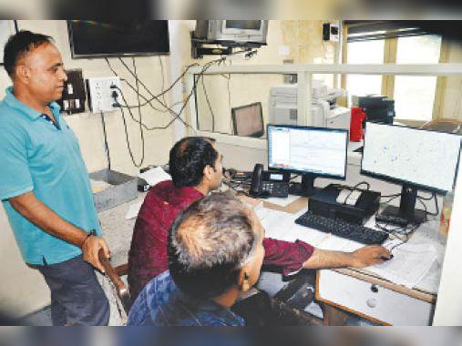 अम्बाला सिटी, एसपी ऑफिस के कंट्राेल रूम में बैठे पुलिस कर्मचारी। - Dainik Bhaskar