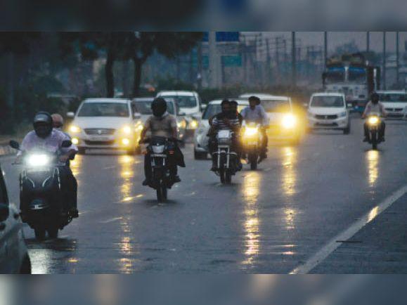 सुबह 10 बजे : जीटी राेड पर काले बादलों से अंधेरा छा गया। चालक लाइटें जलाकर निकले। - Dainik Bhaskar