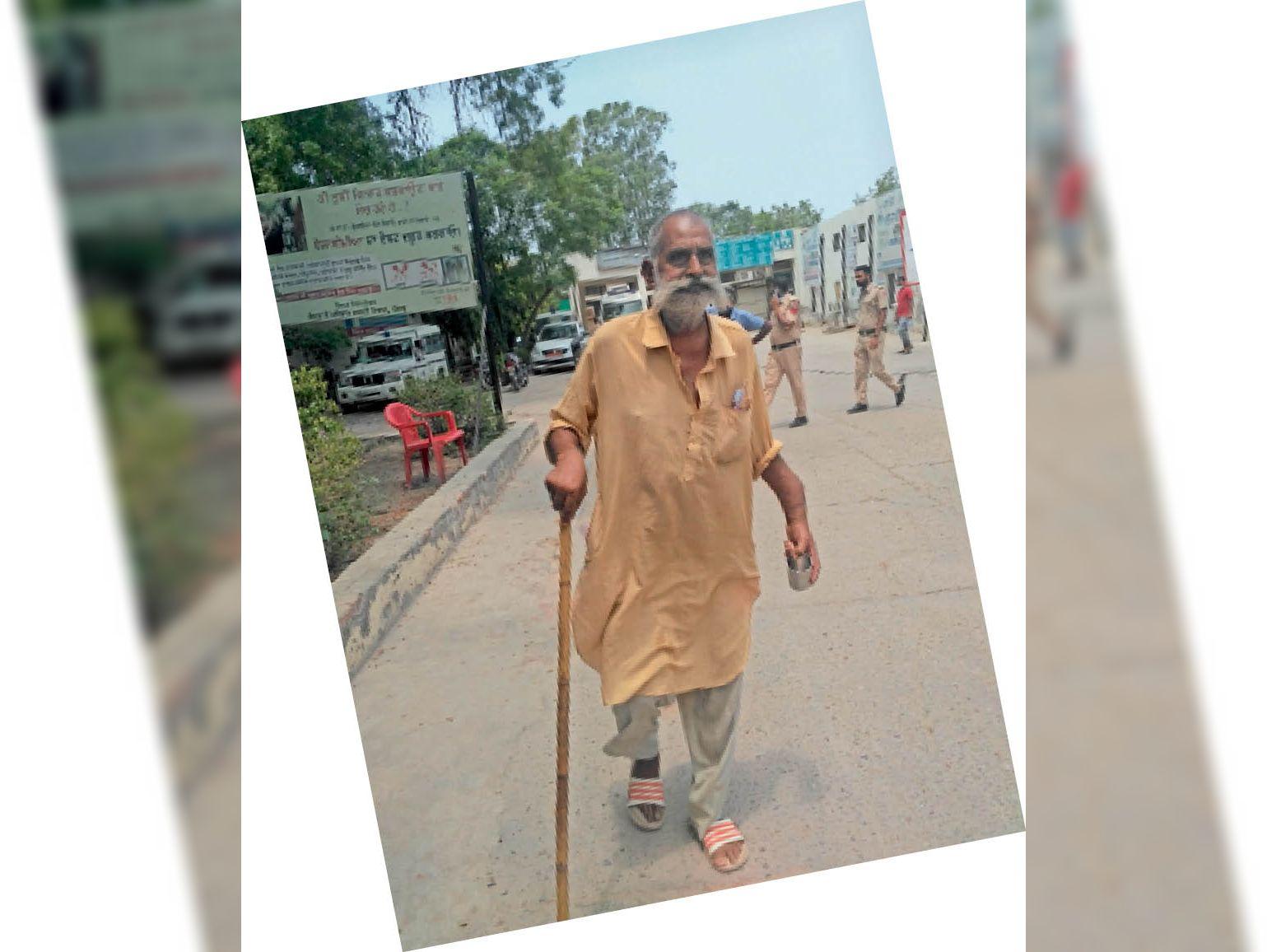 फाजिल्का अस्पताल में उपचार न मिलने पर वापस लौटता बुजुर्ग। - Dainik Bhaskar