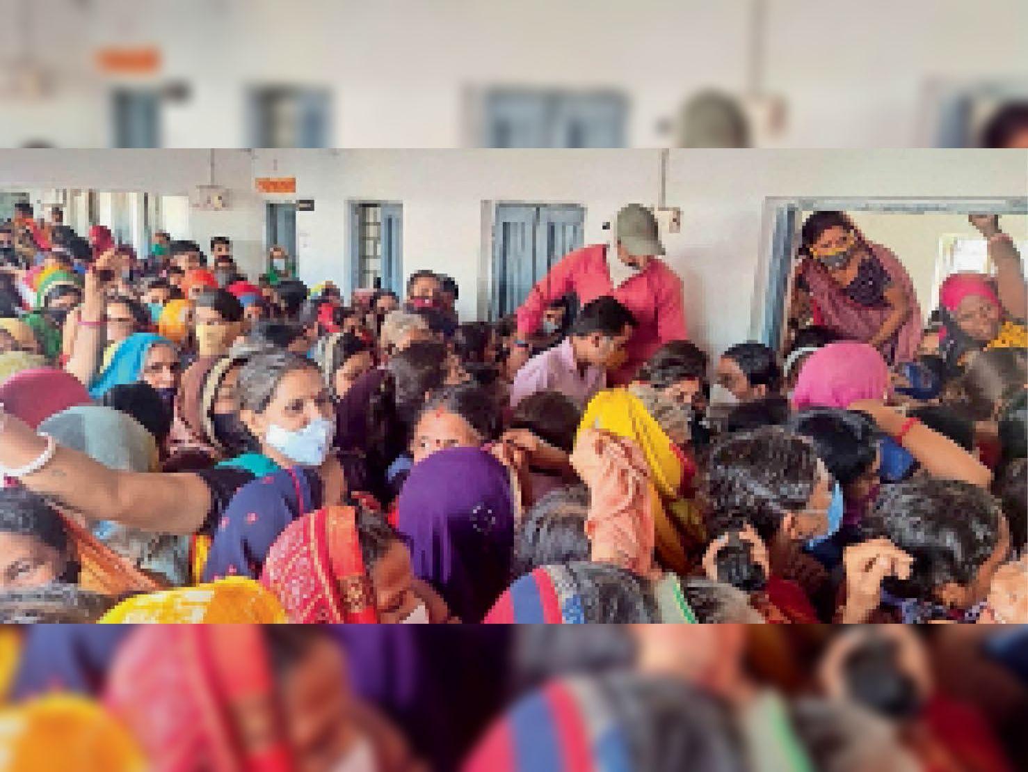 साेनकच्छ में 9 दिन बाद शुरू हुए वैक्सीनेशन के दौरान टीके के लिए जद्दाेजहद करते लोग साेशल डिस्टेंसिंग भूले। - Dainik Bhaskar