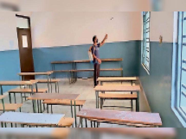 हिंदू सीनियर सेकंडरी स्कूल में कमरों को सेनिटाइज करता कर्मचारी। - Dainik Bhaskar