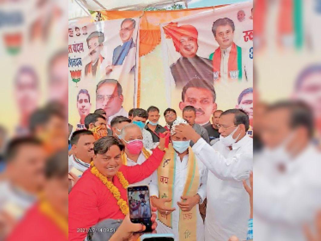 प्रभारी मंत्री तुलसी सिलावट का सम्मान करते हुए भाजपा कार्यकर्ता। - Dainik Bhaskar