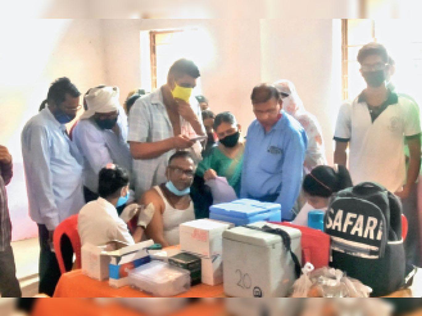 टीकमगढ़| वैक्सीनेशन के लिए तीन दिन पहले तक सेंटर्स पर इस तरह से उमड़ रही थी लोगों की भीड़। - Dainik Bhaskar