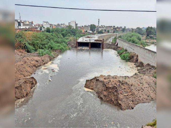 सोनीपत. निर्माणाधीन ड्रेन-6 का डायवर्जन तोड़कर निकाला जा रहा पानी। - Dainik Bhaskar