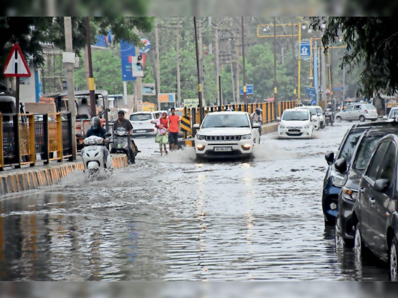 जनता के 16 कराेड़ रुपए खर्च, नतीजा ढाक के तीन पात, दिल्ली राेड से पानी निकलने में लगे 7 घंटे, अफसर नहीं ले रहे जिम्मेदारी|हिसार,Hisar - Dainik Bhaskar