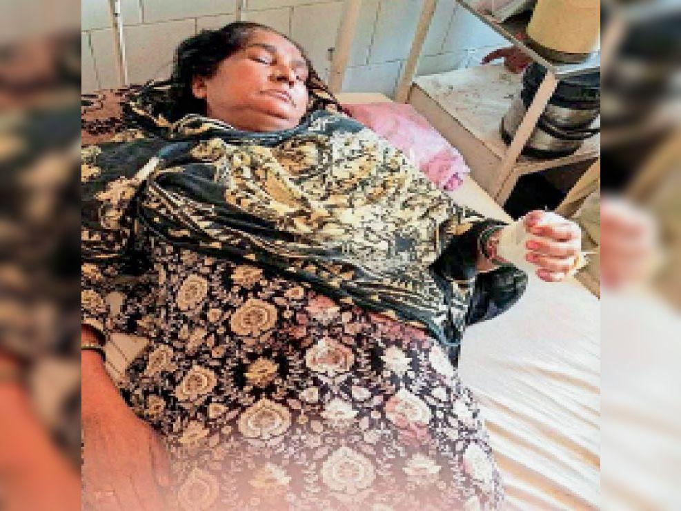 हमले में घायल गुरबचन कौर सरकारी अस्पताल में जानकारी देती हुई। - Dainik Bhaskar