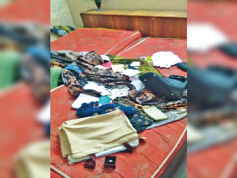 कैंट के पटेल नगर में चाेरी के बाद बेड पर बिखरा सामान। - Dainik Bhaskar