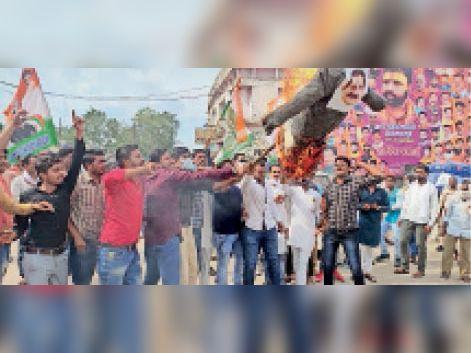 गृहमंत्री का पुतला जलाते हुए युवक कांग्रेस के कार्यकर्ता व पदाधिकारी। - Dainik Bhaskar