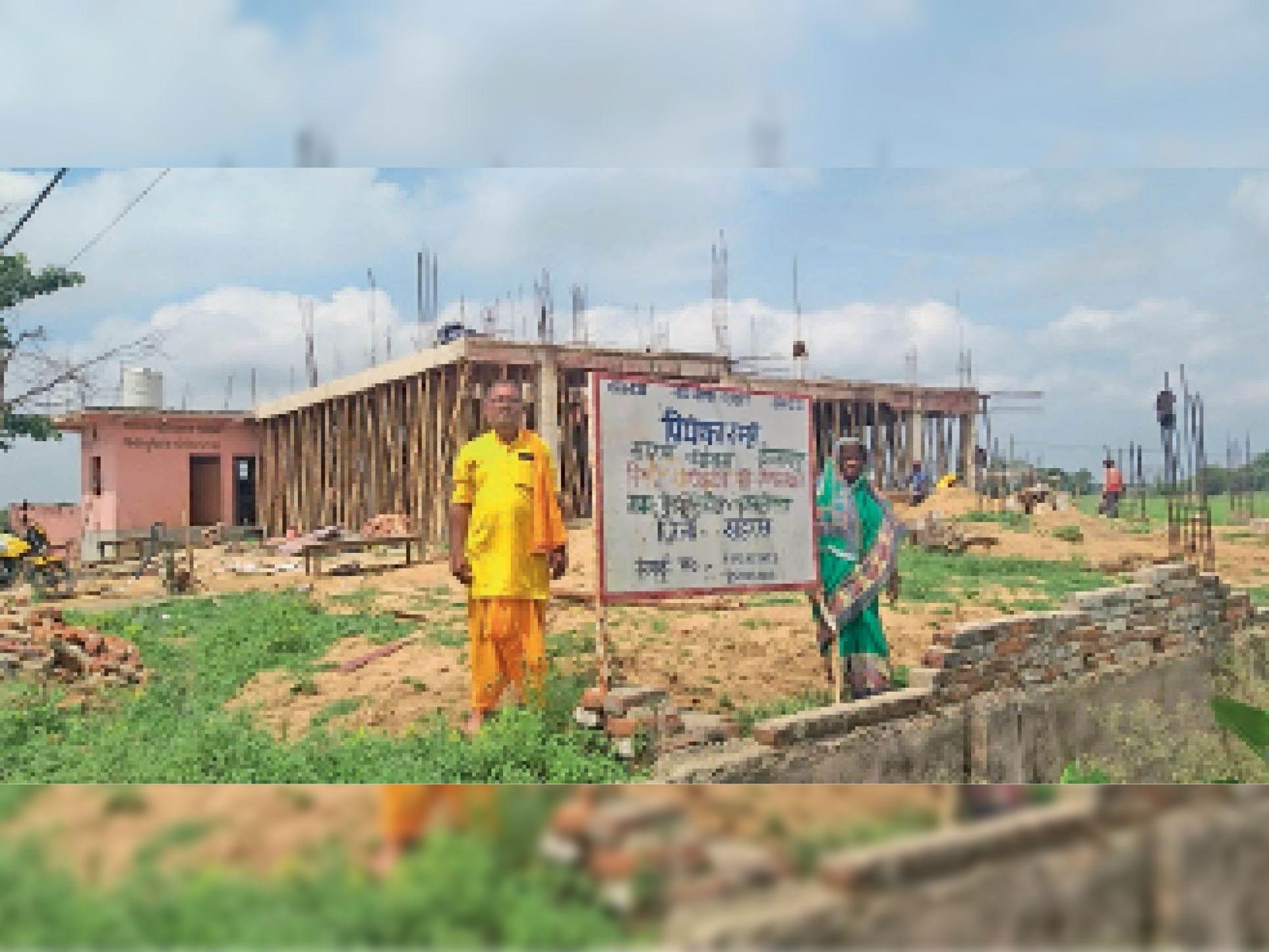 निर्माणाधीन धर्मशाला के पास पत्नी के साथ खड़े गोपाल झा। - Dainik Bhaskar