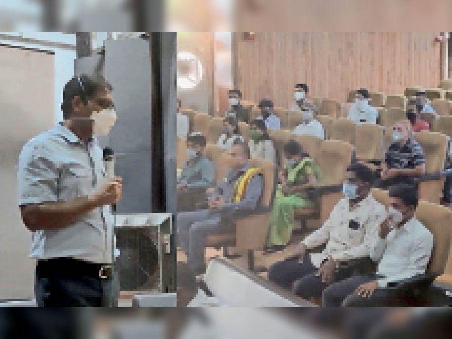 प्रशिक्षण ले रहे गाइड्स से बातचीत करते कलेक्टर आशीष सिंह। - Dainik Bhaskar