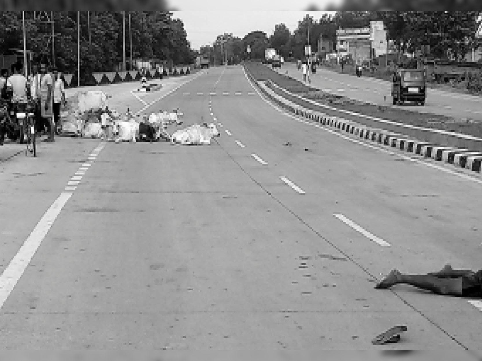 धनबाद-बोकारो मुख्यमार्ग में तेलमच्चो महुदा मोड़ गोलाई में में बुधवार को 20 साल के अमित हाड़ी की मौत की वजह सड़कों पर बैठे मवेशी बने। मवेशी के फेर में युवक पीछे से आ रहे ट्रेलर की चपेट में आ गया। - Dainik Bhaskar